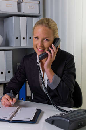 Vrouw met telefoon op kantoor Stockfoto - 90266604