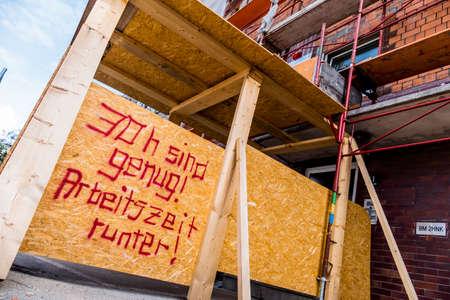 工事現場では、銘刻文字と記号: 30 時間十分であります。労働時間の短縮のための象徴的な写真 写真素材