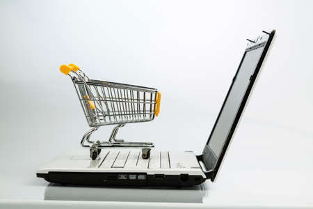 shopping cart and laptop Banco de Imagens - 91037884