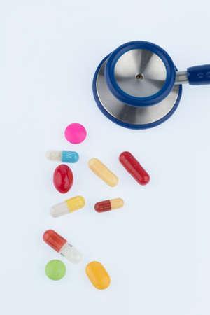 Kleurrijke tabletten een stethoscoop Stockfoto - 91205319