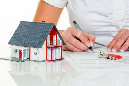 vrouw tekent aankoopcontract voor thuis