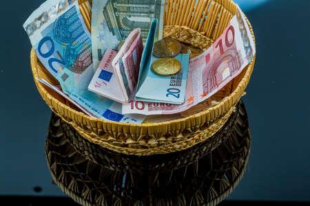 Korb aus Geld von Spenden