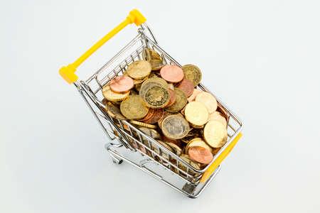 Euromünzen im Einkaufswagen