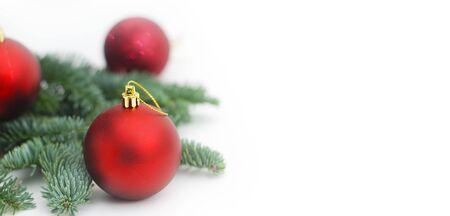 Branches de sapin isolé avec des boules d'arbre rouge de Noël avec la pâte de copie. Baner. Banque d'images - 91330468