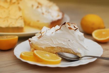 A piece of Lemon Tart with Meringue Caramelized Cream on plat Foto de archivo