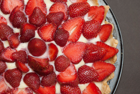Strawberry Tarttlet with Cream home Made over Gray Background Isoalted Fruit Cake Standard-Bild