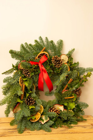 Ghirlanda di Natale naturale con decorazioni naturali - pigne, mandarini, mele secche. Avvicinamento. Archivio Fotografico