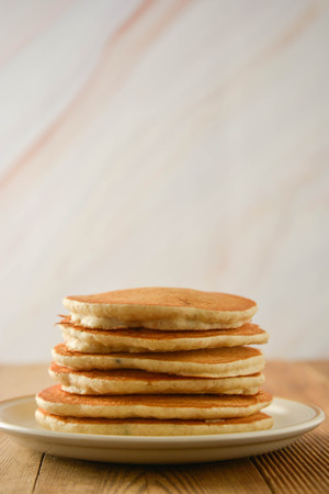 Stack of pancakes on wooden background. Homemade american pancakes. Standard-Bild