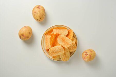 Patatas fritas en un plato aislado sobre un fondo blanco. Foto de archivo