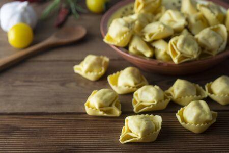 Pasta Tortellini, pasta tradicional italiana con carne o verduras. Comida hecha en casa. Foto de archivo