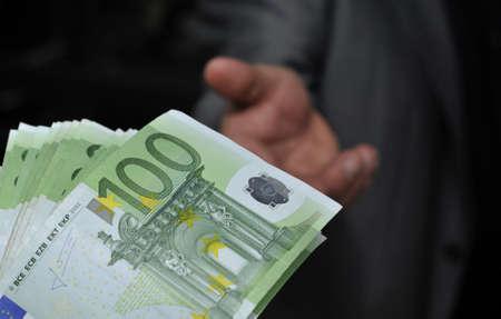 geld: Hand gibt Geld Euroscheine 100