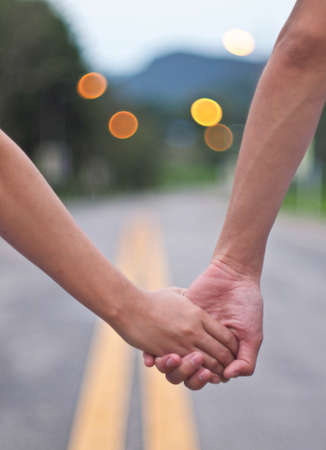 holding hands: Gl�ckliches Paar H�ndchen haltend Lizenzfreie Bilder