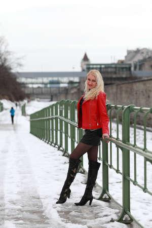 skirts: Mujer rubia hermosa en la chaqueta de cuero rojo y mini falda