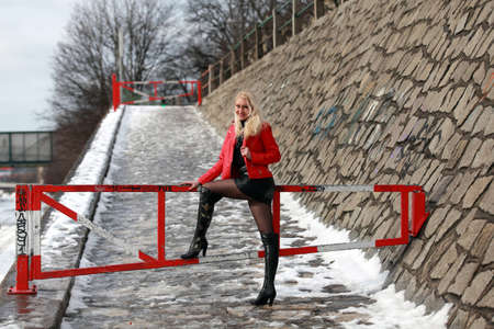 minijupe: Belle femme blonde en veste de cuir rouge et mini jupe