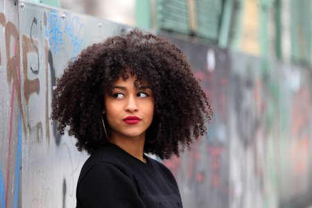 hair curly: La muchacha africana hermosa con el pelo rizado