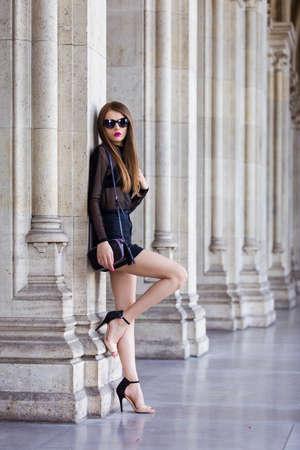 ミニのスカートと透明な上を身に着けている若い女性 写真素材 - 82056884