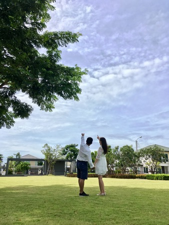 habitable: Sweet couple, romantic dating in park