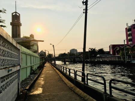 Corridor walking side Khlong Saen Saeb on sunset time, main canal transport in Bangkok, Thailand 免版税图像