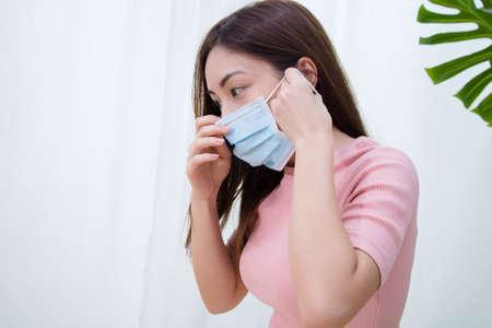 Kobieta cierpi na kaszel z maską ochronną na twarz. Zdjęcie Seryjne