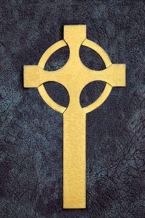 Golden croce celtica in pietra su superficie Archivio Fotografico - 505876