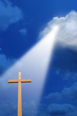 espiritu santo: Cruz con luz desde arriba  Foto de archivo