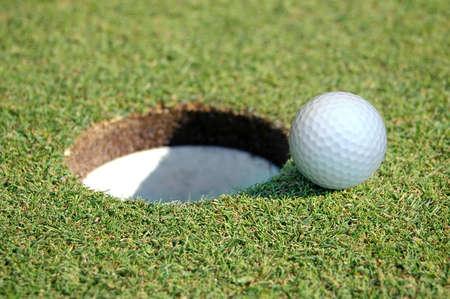 going in: Primer plano de una pelota de golf Ir a la Hole