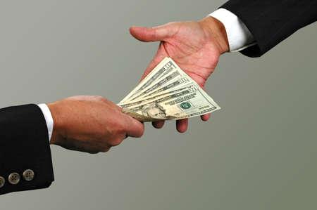 giver: Cambio de moneda entre dos hombres de negocios (con Clipping Path)  Foto de archivo