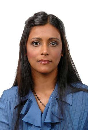 looking into camera: Ritratto di una giovane donna indiana cercando in macchina su un fondo bianco. Archivio Fotografico