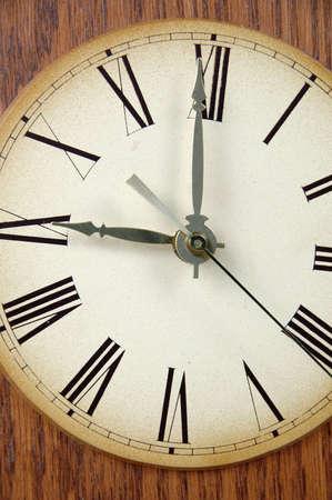 numeros romanos: vintage reloj con n�meros romanos que muestra hasta doce quince