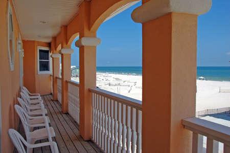 baranda para balcon: Vista de la casa en la playa desde el balcón con playa en el fondo  Foto de archivo