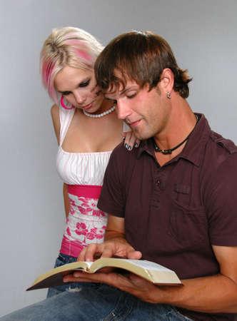 Pareja joven leyendo la Biblia  Foto de archivo - 1788577
