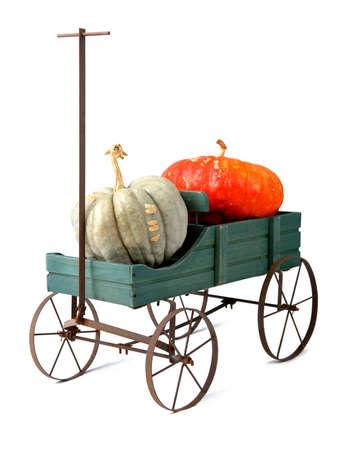 carreta madera: A�ada vag�n de madera con calabazas aislado durante un fondo blanco. Foto de archivo