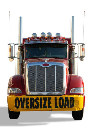 przewymiarowany: Czerwony samochód ciężarowy z transparentu jest za pomocÄ… obciążenia samodzielnie nad biaÅ'ym tle Zdjęcie Seryjne