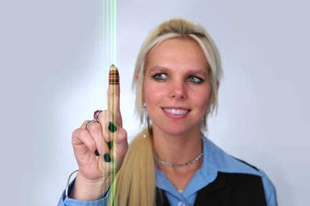 데이터를 읽는 손가락 및 레이저 빛에 나쁜 코드를 가진 여자.