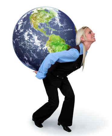 carga: Mujer joven sosteniendo la tierra en su espalda aislado sobre un fondo blanco.