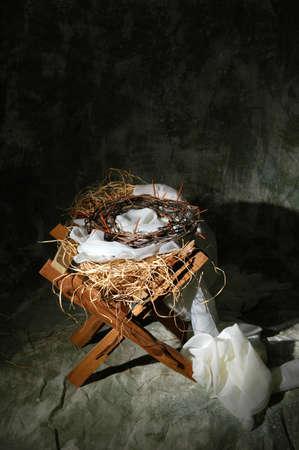 pesebre: El nacimiento y la muerte de Cristo representado por el pesebre y corona de espinas.  Foto de archivo