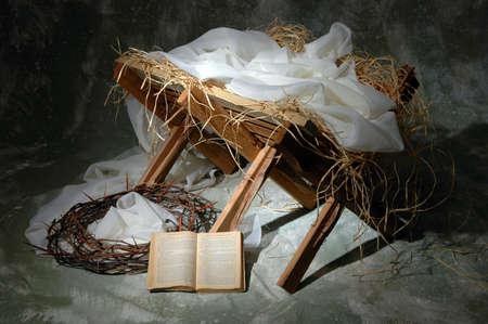 pesebre: La historia de Navidad con la Biblia abierta a Juan 3: 16