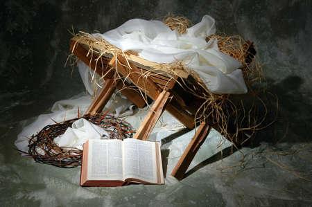 historias biblicas: La historia de Navidad con la Biblia abierta a Juan 3: 16