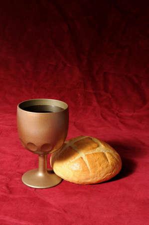 holy  symbol: Elementos de comuni�n, representados por el pan y el vino, sobre un fondo rojo  Foto de archivo