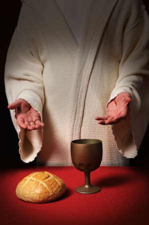 comunion: Jes�s con cicatrices en sus manos en la mesa de la comuni�n con el pan y el vino