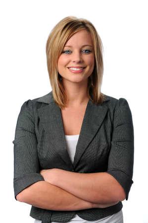 Portret van mooie jonge uitvoerende met armen gevouwen en lachende