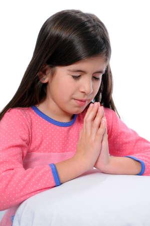 familia orando: Chica joven orando antes de la hora de cama  Foto de archivo