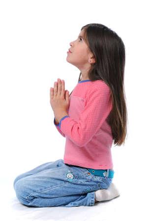 orando: Ni�a orar con las manos juntas sobre un fondo blanco