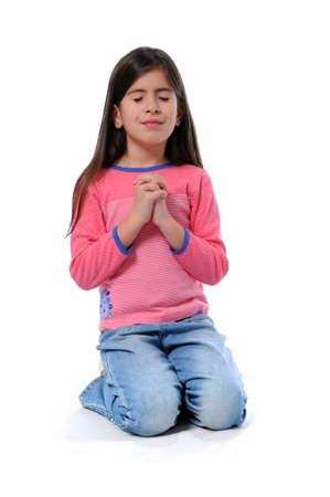 ひざまずく: 手を取って一緒に祈っている若い女の子 写真素材