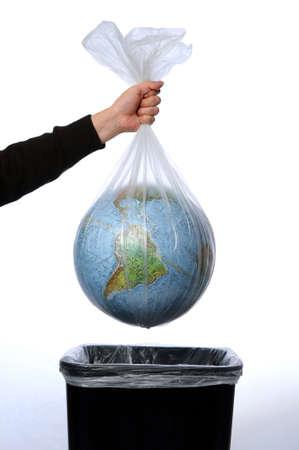 trash basket: Tierra en una bolsa de basura trown lejos de ser