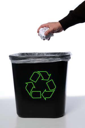 reciclar basura: Mano y papel con la Papelera de reciclaje  Foto de archivo