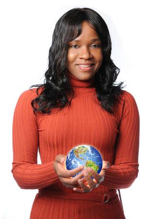 적 열하는 지구를 들고 영 아프리카 계 미국인 여자