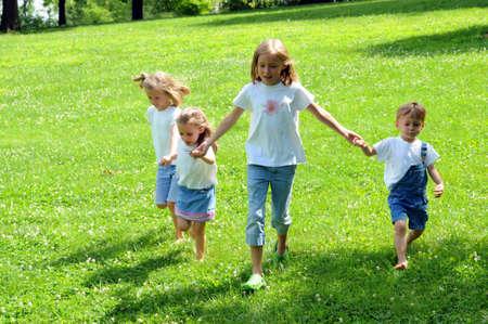 Enfants tenant par la main et courir ensemble Banque d'images - 7803728