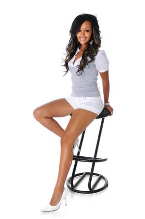 Schöne Afroamerikanerfrau auf einem Schemel sitzend Standard-Bild - 7803743
