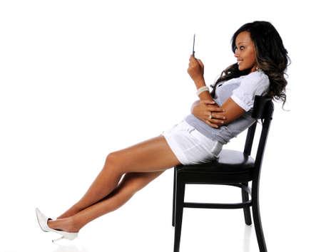human pile: Donna di addentrasi African American utilizzando il cellulare